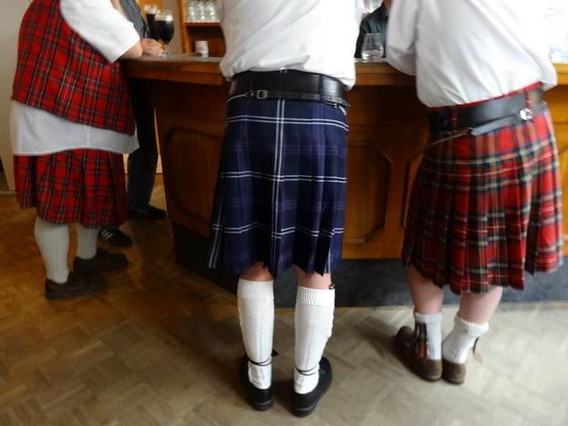 """3 von 26 Schotten bei ihrer Lieblingsbeschäftigung an der Theke im """"Schützen-Pub"""""""
